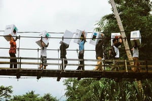 印尼單日大選海量手動計票 累死272人