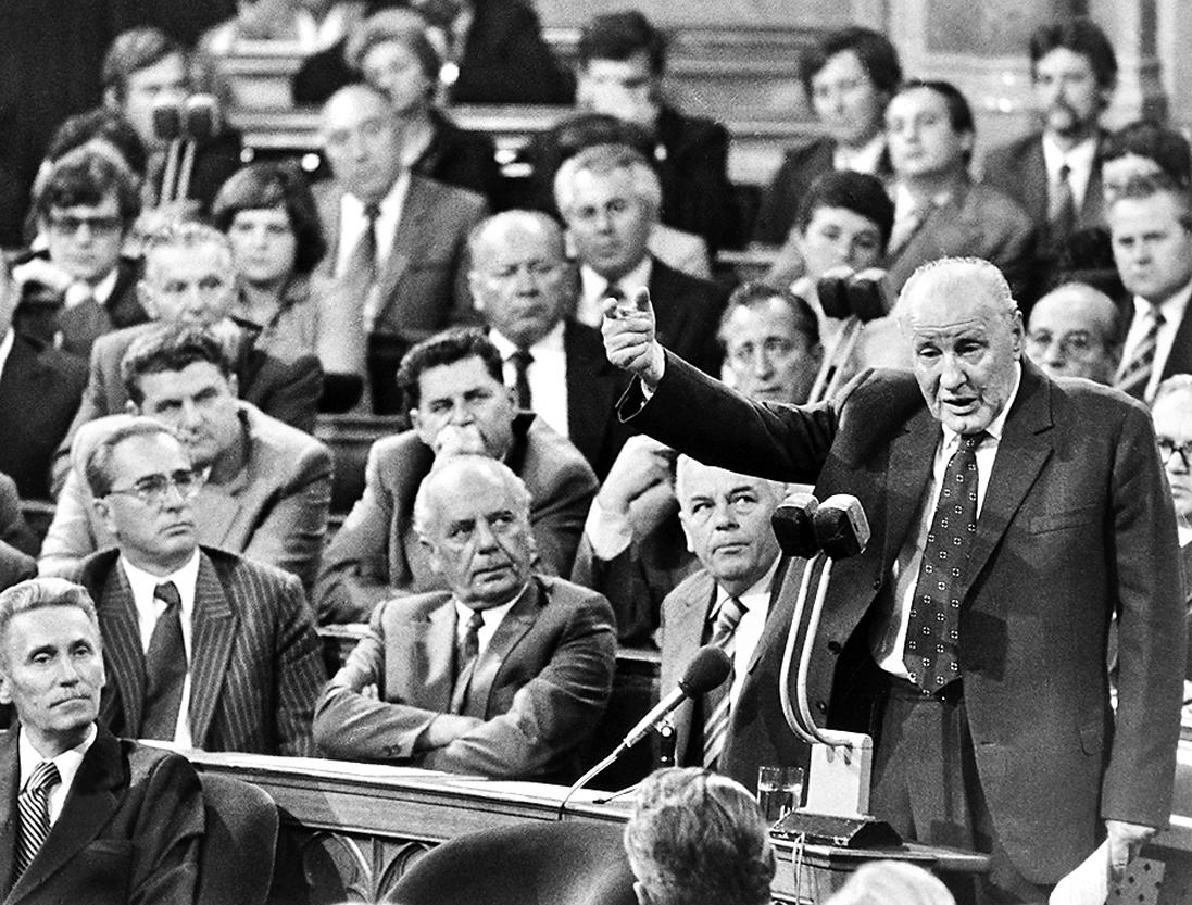1980年9月,卡達爾在匈牙利國會發表講話(右邊站立之人),前排最左邊坐著後來替代他的格羅斯。(AFP/Getty Images)