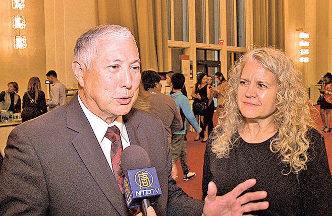 美國聯邦政府項目管理師歐佛貝和太太。(新唐人電視台)