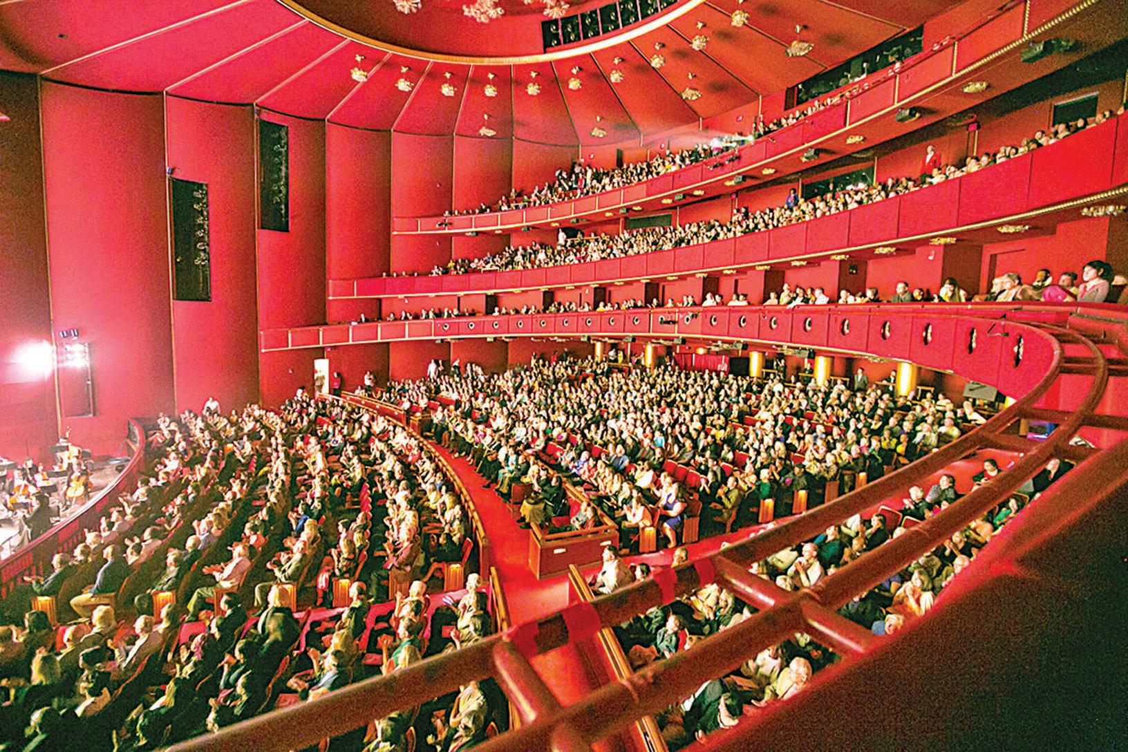 4月17日晚,神韻北美藝術團在華盛頓DC肯尼迪中心的演出一票難求。(李莎/大紀元)