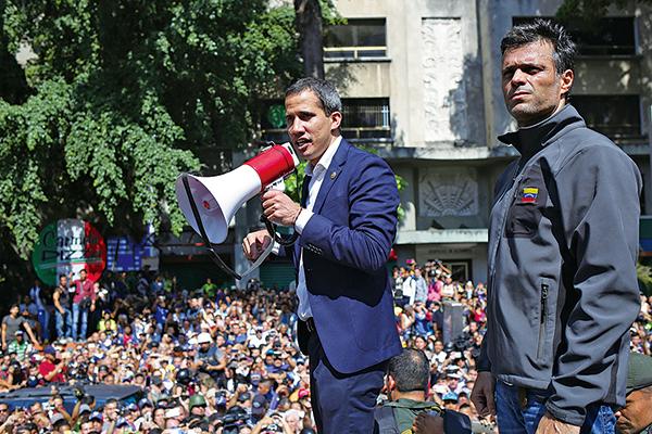 反對派領袖瓜伊多(左)在反對派政治人物洛佩茲陪同下發表演說,呼籲軍方起義,終結馬杜羅獨裁政權。(AFP)