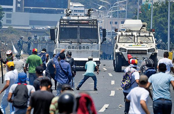 支持瓜伊多的民眾和政府軍發生衝突,政府軍一度開軍車衝撞民眾。(AFP)