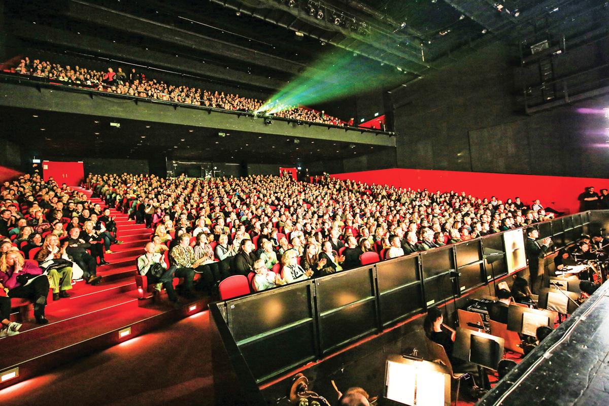 2019年4月14日,神韻紐約藝術團在瑞士蘇黎世11劇院的最後一場演出圓滿落幕。(吳青松/大紀元)