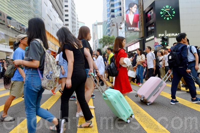 昨日是大陸五一黃金假期的第一日,大量大陸遊客和旅行團訪港。(宋碧龍/大紀元)