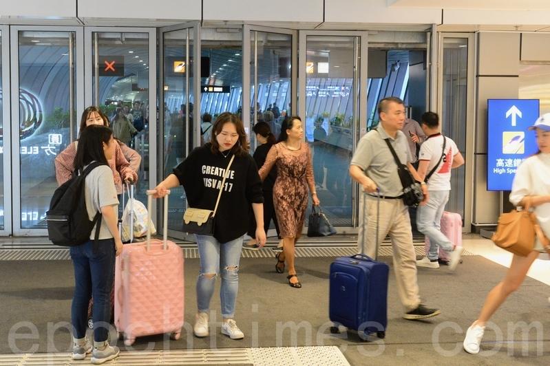 大批大陸旅客經西九高鐵站抵港。(宋碧龍/大紀元)