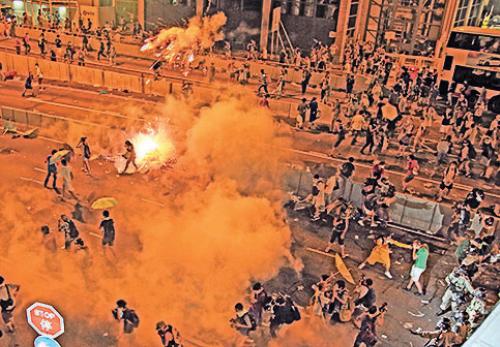 圖為2014年9月28日黃昏至29日凌晨,防暴警察施放87枚催淚彈驅散雨傘運動示威者。期間更有荷槍實彈警察進場,幸未開槍。(大紀元資料圖片)