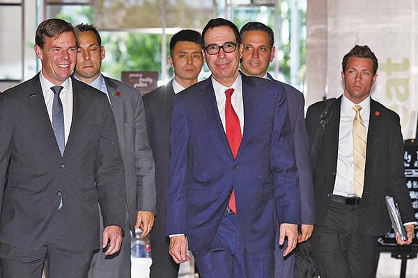 知情人士透露,下周五前中美「有可能」宣佈達成貿易協議。圖為美國財長姆欽本周在北京進行貿易談判。(AFP)