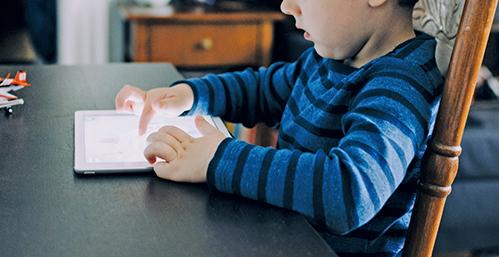 世界衛生組織(WHO)首次發出關於嬰幼兒使用電子屏幕產品的建議報告,報告指出2-4歲兒童每天面對屏幕的時間不應超過一小時。(unsplash)