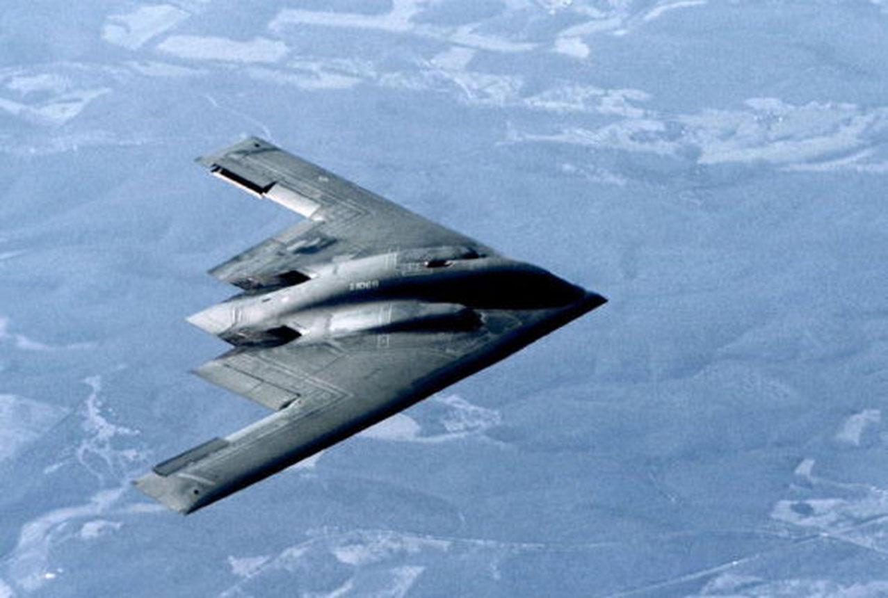 一架B-2隱身轟炸機的攻擊力非常強大。它除了能夠空射巡航導彈和炸彈之母等重型炸彈外,還能夠攜帶相當數量的核武器。(Getty Images)