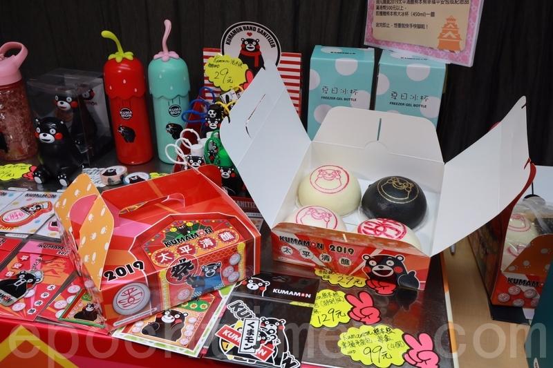 今年兩間長洲老字號餅店在太平清醮推出期間限定平安包。(陳仲明/大紀元)