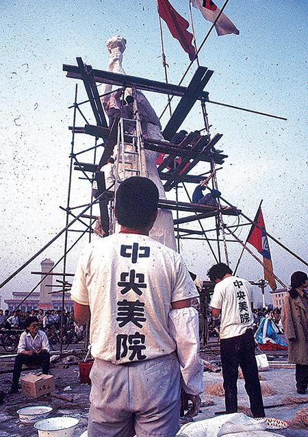1989 年六四前夕,中央美院學生在天安門廣場豎起自由女神像。(Jian Liu 提供)