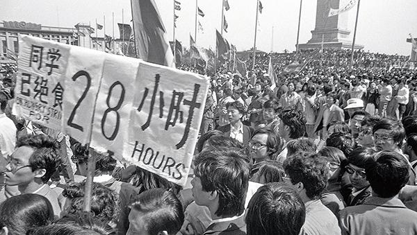 六四前,北京學生在天安門廣場上絕食抗議。(Jian Liu 提供)