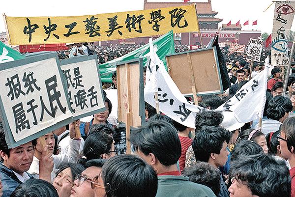 六四前,北京大學生在天安門廣場抗議。(Jian Liu 提供)