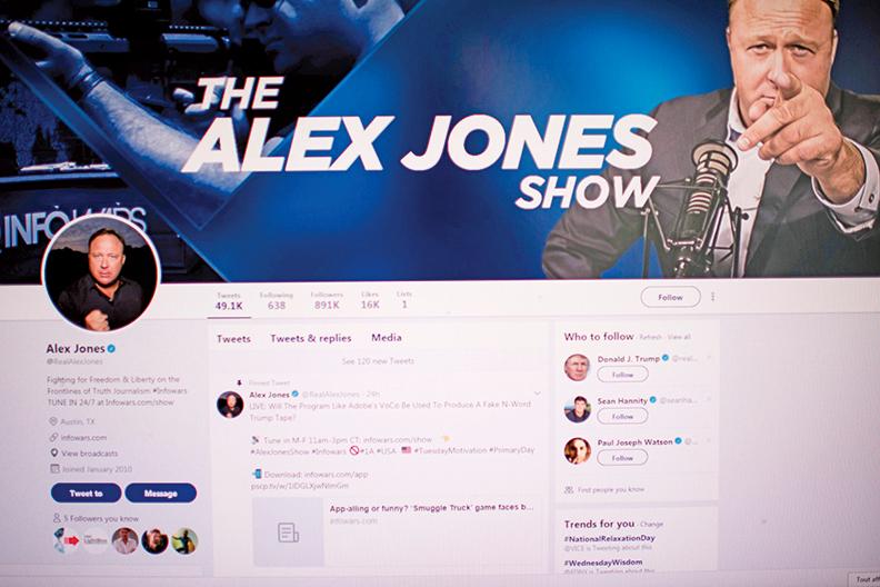 瓊斯(Alex Jones)和其他一些政治異見人士被臉書(Facebook Inc.)封殺。(AFP)