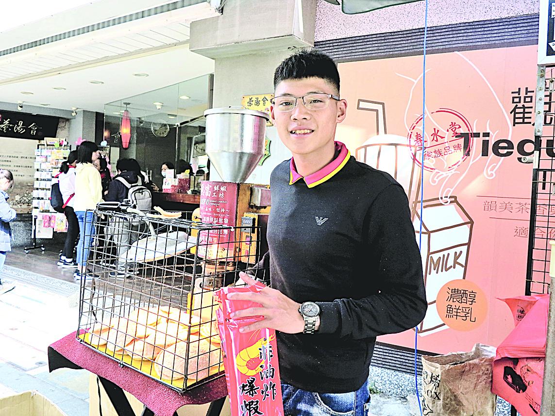安平老街賣得最多的應該是高溫熱壓的爆蝦餅。