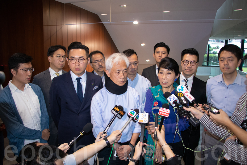 12名民主派立法會議員昨早到秘書長陳維安的辨公室,要求他撤回書面決議的做法,但他未有出現。民主派會議召集人毛孟靜表示,已正式發律師信給陳維安。(蔡雯文/大紀元)