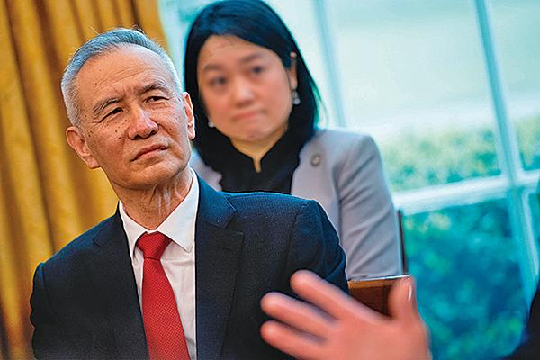 中美貿易談判突然出現變數,有分析認為或與中共副總理劉鶴的談判成果遭高層勢力否定有關。圖為劉鶴4月在白宮與特朗普面談。(AFP)