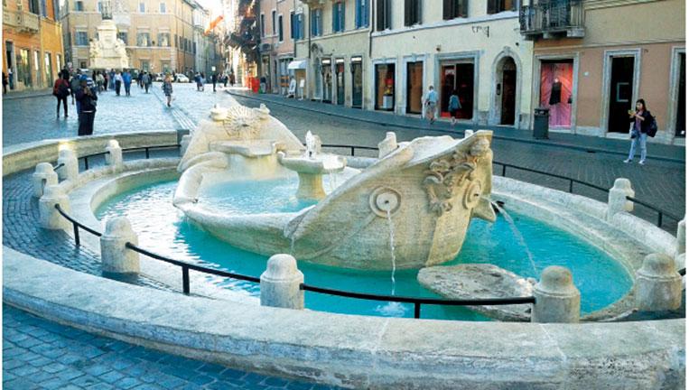 位於西班牙台階下端的破船噴泉,由貝尼尼父子共同完成。(Daniele.Brundu/Wikimedia)