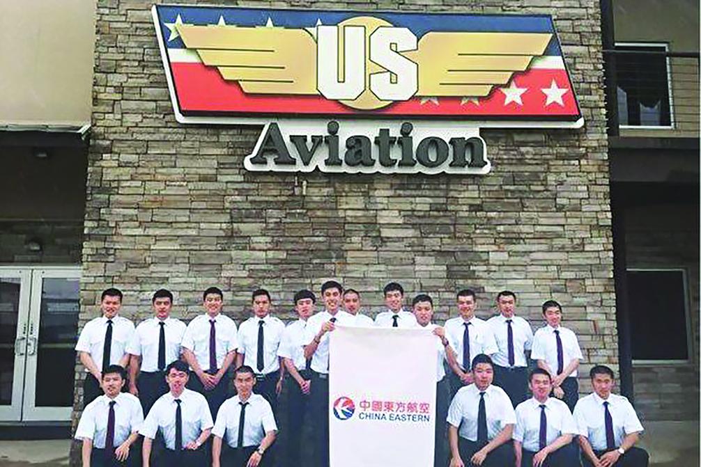 中國東方航空公司飛行員在美國航校培訓。(USAG臉書)