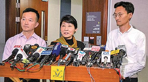 毛孟靜議員(中)批評鄭若驊戴著假面具,玩弄「面具政治」。(蔡雯文/大紀元)