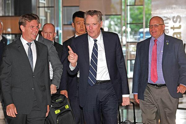 今年4月30日,萊特希澤(中)抵達北京參加第十輪貿易談判。萊特希澤星期一證實,中方在這次談判期間撤回了一些重大承諾。(AFP)