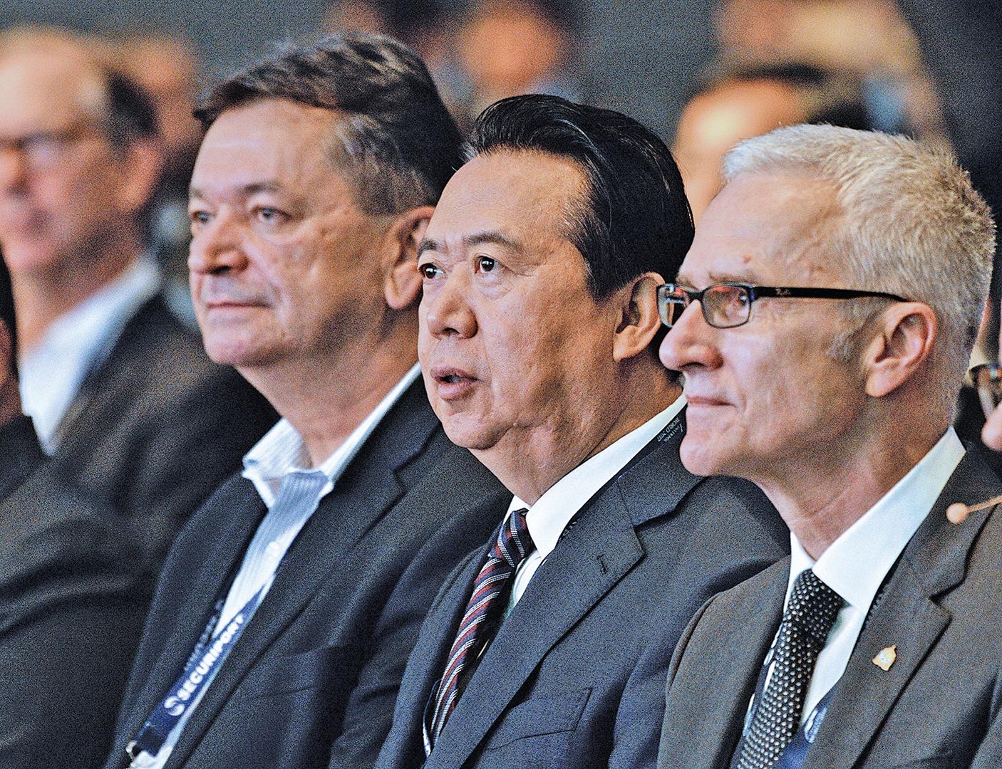 外媒披露,孟宏偉(中)擔任國際刑警主席時,與真正掌握實權的國際刑警秘書長Jurgen Stock(右)關係緊張。(Getty Images)