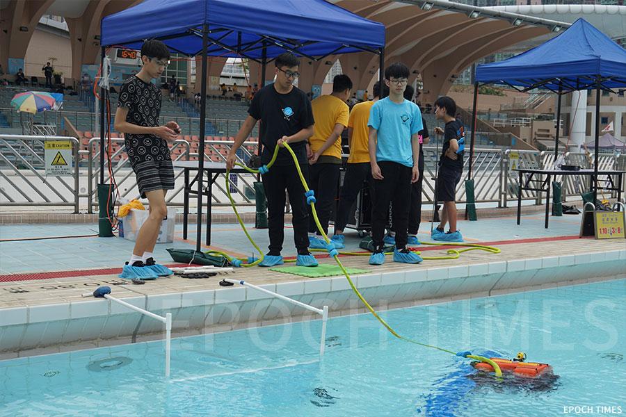 廠商會中學在進行水底機械人測試。(曾蓮/大紀元)