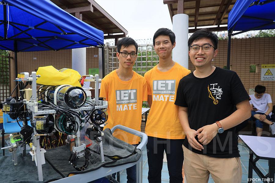香港中文大學PowerShuffle團隊導師葉俊華(右一)、隊長張知行(左一)、機手黃裶絪。(陳仲明/大紀元)