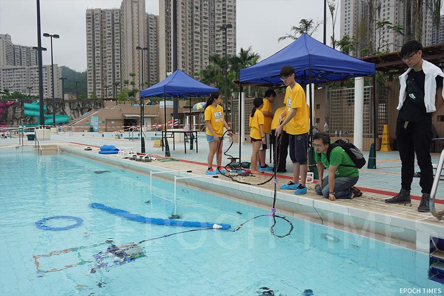 天主教郭得勝中學K-Dolphin團隊在進行水底機械人測試。(曾蓮/大紀元)