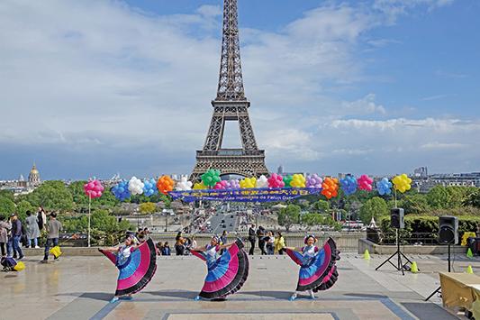 2019年5月5日,法國部分法輪功學員在巴黎艾菲爾鐵塔下的人權廣場,舉行慶祝活動, 演歡歌載舞(章樂/大紀元)