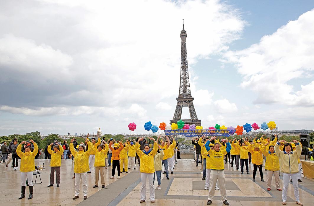 2019年5月5日,法國部分法輪功學員在巴黎艾菲爾鐵塔下的人權廣場,舉行慶祝活動,功法表演。(章樂/大紀元)