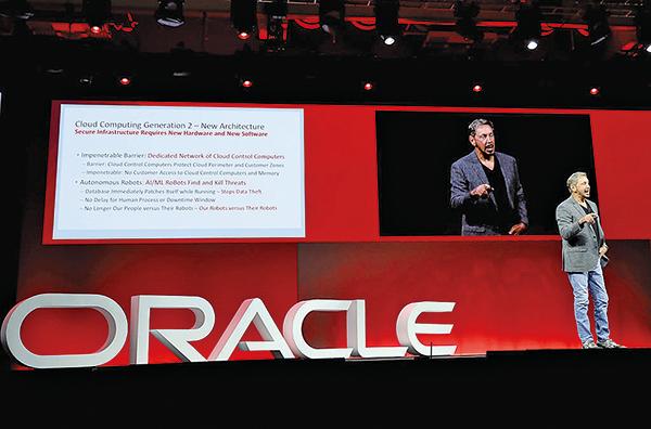 美國軟件巨頭甲骨文宣佈在中國大陸大舉裁員,圖為該公司創始人埃里森(Larry Ellison)在公司年會上發言。(Getty Images)