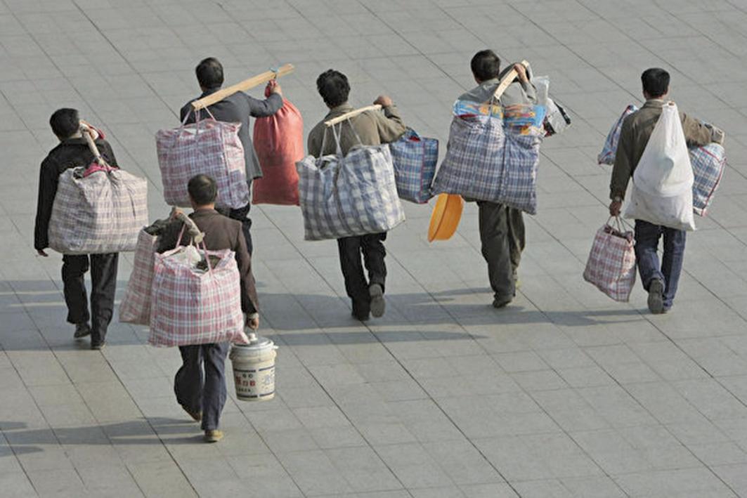 近日,中共官方的數據顯示,2018年大陸進城農民工比去年減少204萬人。圖為南京的農民工返鄉。(大紀元資料室)