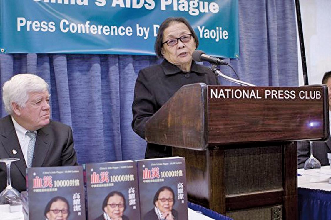 009年12月1日世界愛滋病日當天,高耀潔醫生在華盛頓的美國國家記者俱樂部宣佈她的紀實著作《血災:一萬封信》正式出版發行。(麗莎/大紀元)
