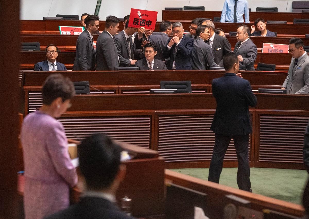 公民黨譚文豪不滿主席梁君彥驅逐毛孟靜提出規程問題,也同被要求離開會議廳。(李逸/大紀元)