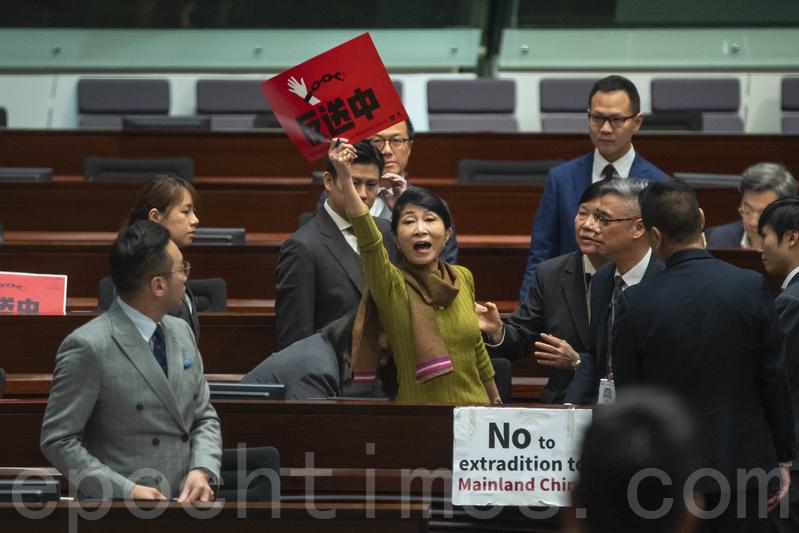 毛孟靜不滿林鄭的回答,在座位上高呼「講大話」,被主席梁君彥裁定具嚴重冒犯性,她拒絕收回言論被驅逐離開。答問會期間先後有6名民主派議員被逐出議事廳。(蔡雯文/大紀元)
