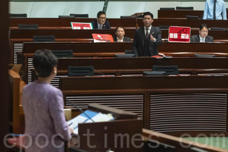多名民主派議員不滿梁君彥的裁決提出規程問題,公民黨譚文豪同樣被要求離開會議廳。(李逸/大紀元)