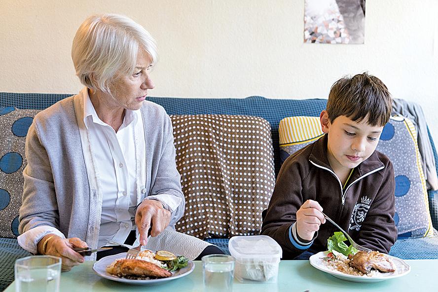 充滿理想的社工將無人看顧的男孩帶回家,意外成為她與母親和解的契機。