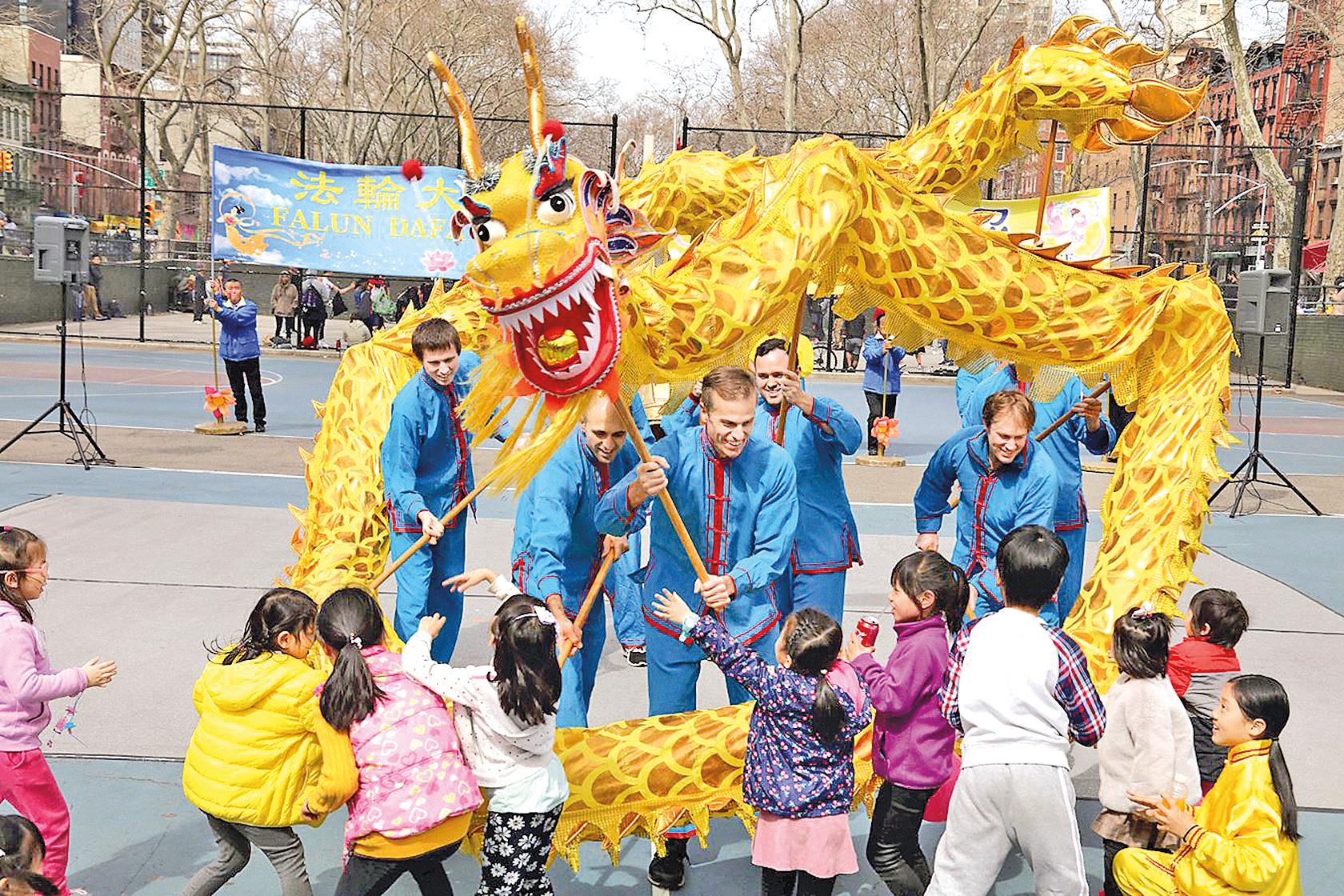 紐約部份法輪功學員通過歌舞、舞龍、舞獅等表演,傳遞普世價值與中華傳統理念,慶祝春天的到來。(大紀元)