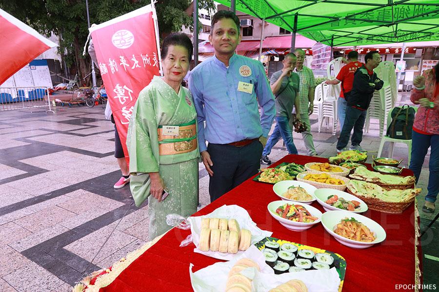 日本人吉野太太(左)在長洲經營的茶寮,與尼泊爾人Hari在長洲開辦的餐廳,在長洲太平清醮推出素食食譜,嚮應齋戒。(陳仲明/大紀元)