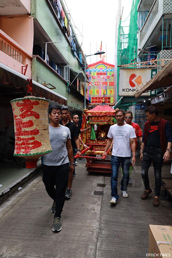 迎神隊伍以大轎載著神像,巡遊經過長洲的大街小巷。(陳仲明/大紀元)