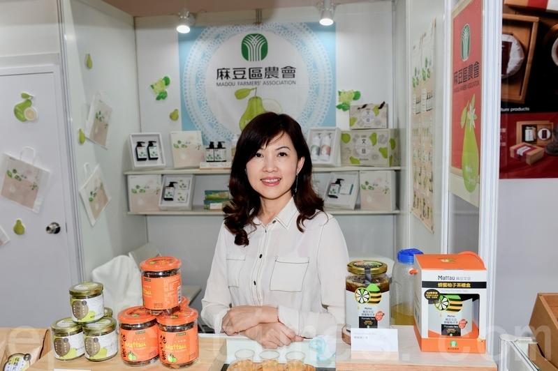 首次到香港參展的台南市麻豆區農會,主打產品包括果肉製成的柚子茶。農會總幹事孫慈敏表示,產品使用的材料全部天然,顧客可以放心食用。(宋碧龍/大紀元)