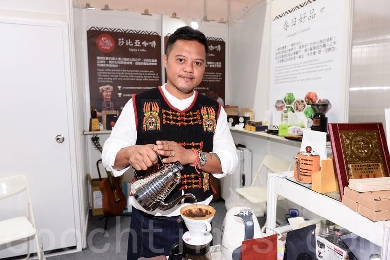 歌手戴愛玲的弟弟戴煒爵自創品牌的咖啡有獨特的果香味。(宋碧龍/大紀元)
