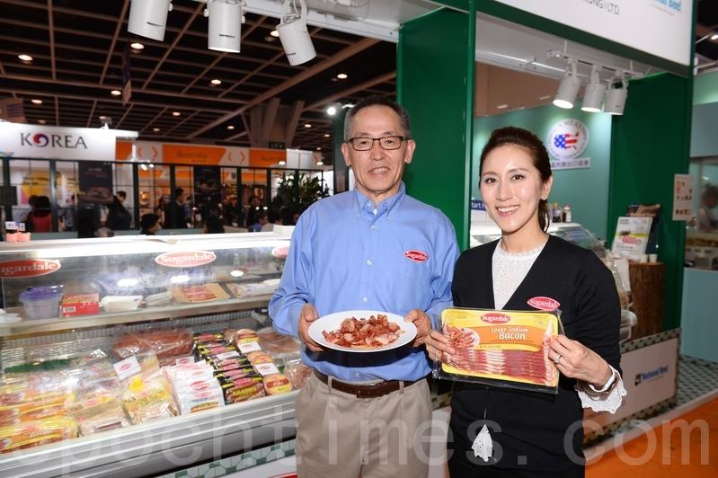 有美國肉類公司Sugardale第四度來香港參展,帶來當地俄亥俄州最棒的鹹肉等。公司經理S.G.Lee表示香港競爭力很大,希望在大陸爆發豬瘟事件後,考察香港肉類市場,拓展商機。(宋碧龍/大紀元)