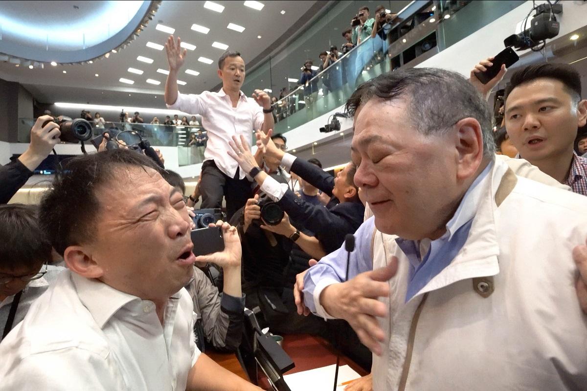 混亂中,民主黨主席胡志偉向石禮謙哭訴:不要讓香港徹底淪陷給共產黨。(李逸/大紀元)