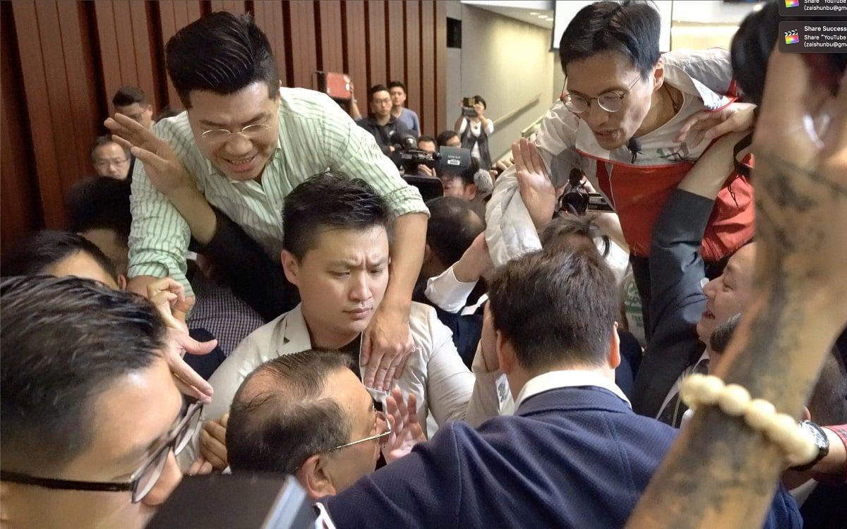 石禮謙在多名建制派議員護送下,到立法會會議室1開會,被民主派議員包圍,雙方發生衝突。(李逸/大紀元)
