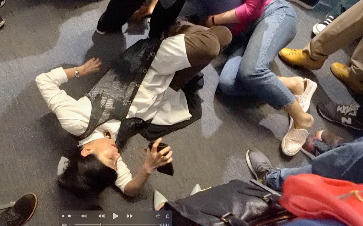 混亂中,有議員跌倒,其中范國威由救護員用擔架抬走,送往瑪麗醫院,目前正在留醫。(李逸/大紀元)