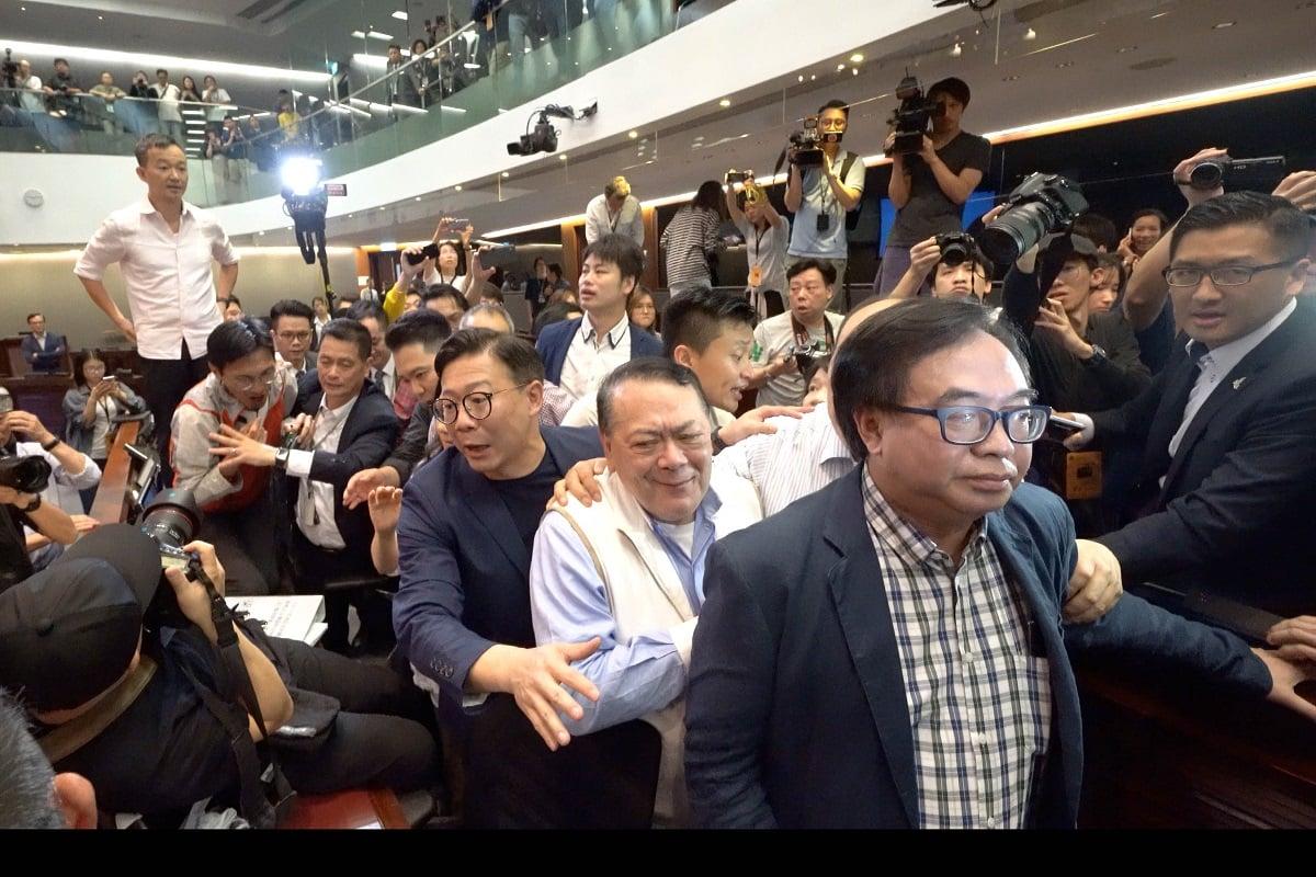 民主派議員朱凱廸和范國威一度站上檯上,兩派議員互相指罵,場面非常混亂。(李逸/大紀元)