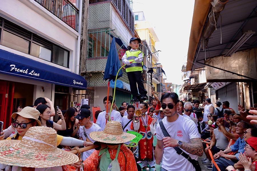 非洲豬瘟傳人香港,有小朋友扮演衛生署官員,沿途噴水,寓意齊心抗疫。(宋碧龍/大紀元)