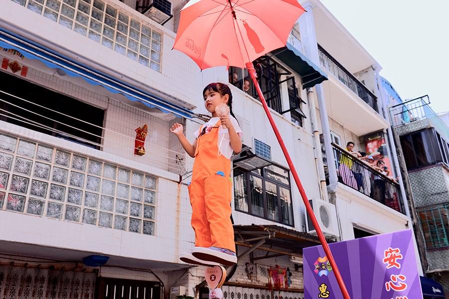 一年一度的長洲太平清醮(12日)舉行,今年飄色巡遊在下午舉行,一如以往,以不少時事作為表演主題。(宋碧龍/大紀元)